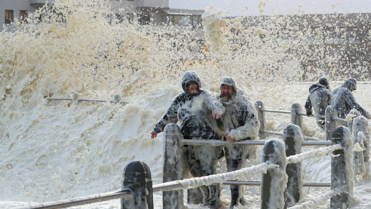 Sturm in Kapstadt: Meeresschaum, massenweise, meterhoch