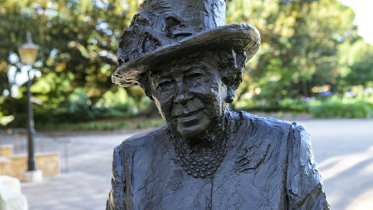 Queen Elizabeth II. scherzt über eigene Statue: »Grundgütiger, ist sie unerwartet angereist?«