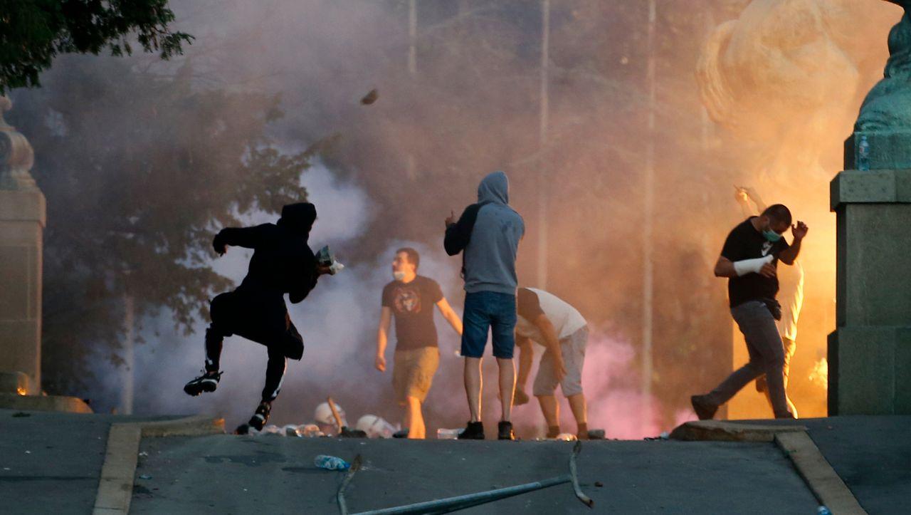 Krise in Serbien: Heftige Ausschreitungen bei Corona-Protesten in Belgrad