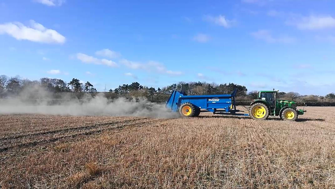Klimaschutz in der Landwirtschaft: Steinstaub könnte tonnenweise CO2 binden
