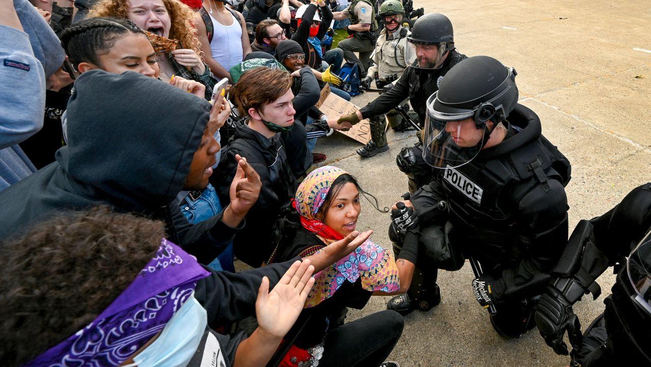 Demos in den USA: Polizisten auf Knien