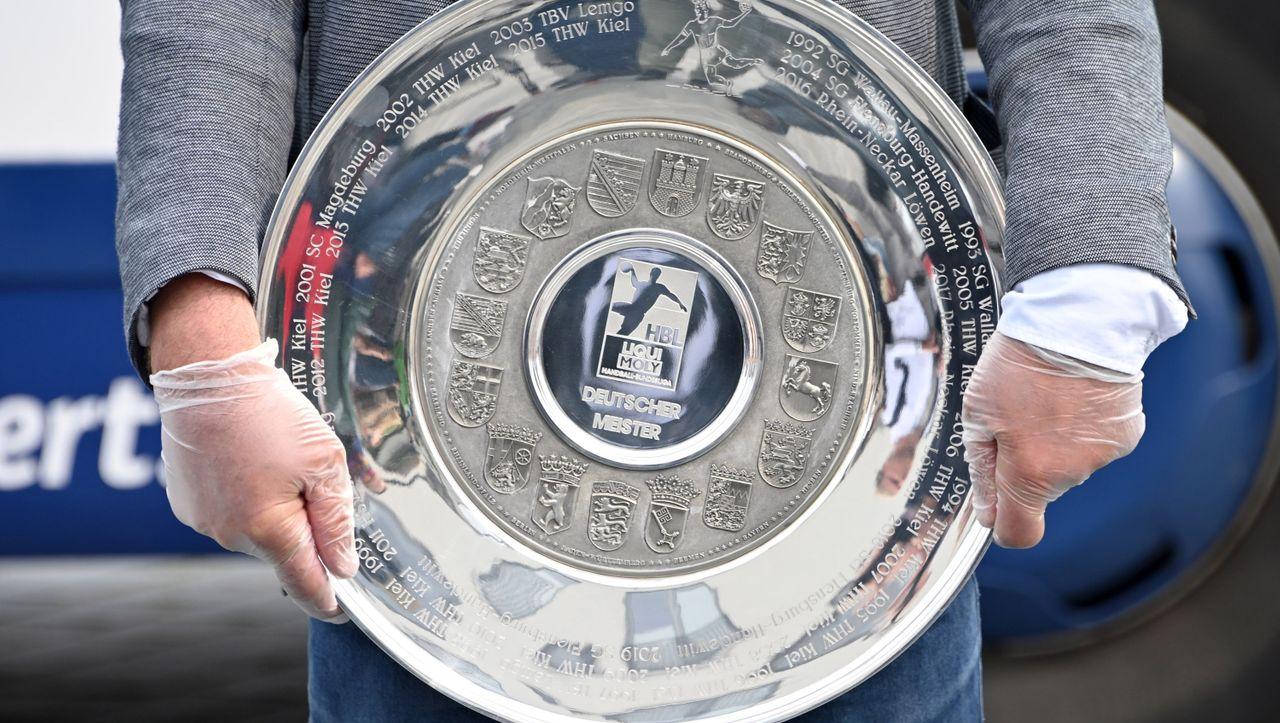 Übergabe der Trophäe: Corona-Meister THW Kiel