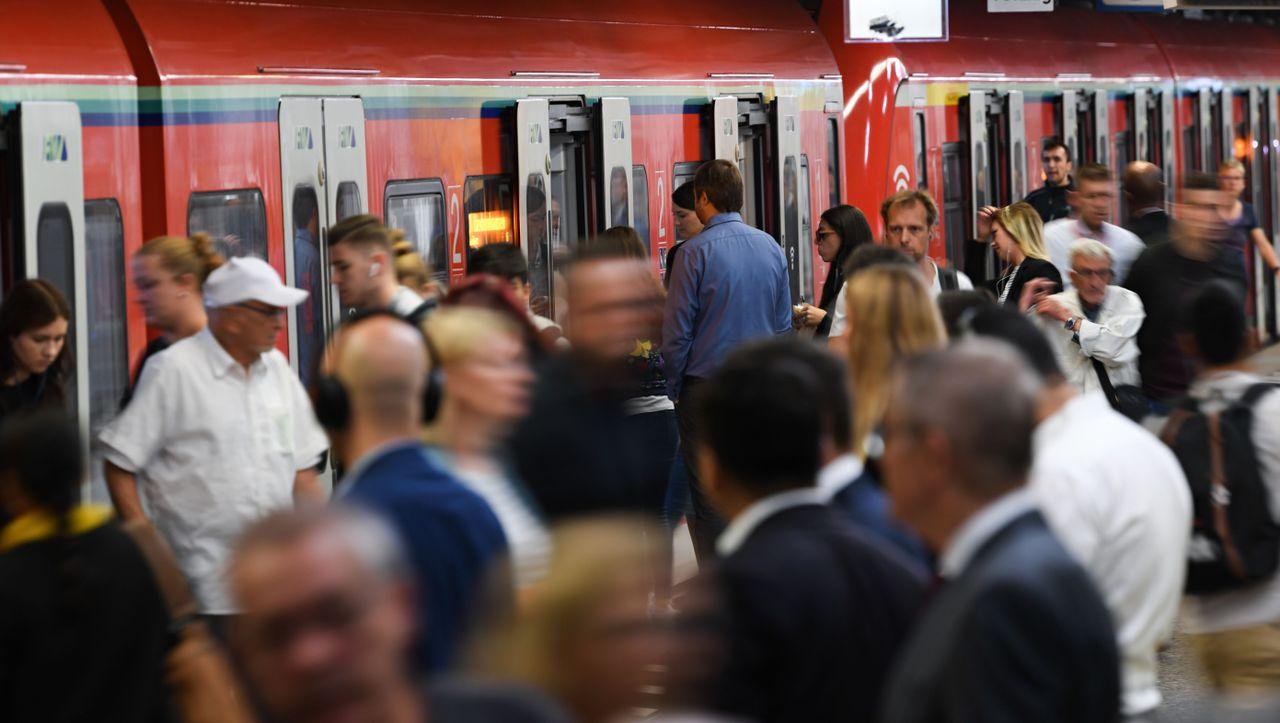 Hessen: 21-Jähriger fährt auf S-Bahn mit und geht in Flammen auf