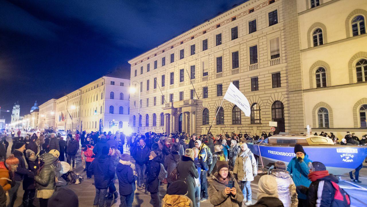 500 Polizeikräfte im Einsatz: »Querdenken«-Demo in München überschreitet erlaubte Teilnehmerzahl