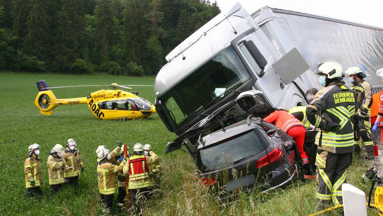 Zusammenstoß mit Lastwagen: Mutter und drei Jugendliche sterben bei Autounfall