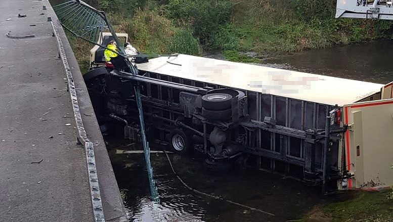 Nordrhein-Westfalen: Zwölftonner durchbricht Brückengeländer und stürzt in Fluss